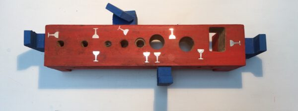 Barbara Greul Aschanta: Tafel. Objekt, Holz, Aluminium mit Unterteil 50 / 18 cm, 2016